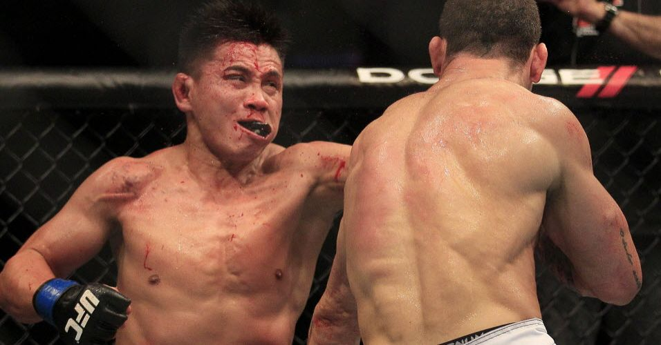 Cung Le tenta acertar soco em Wanderlei Silva durante vitria do brasileiro no UFC 139
