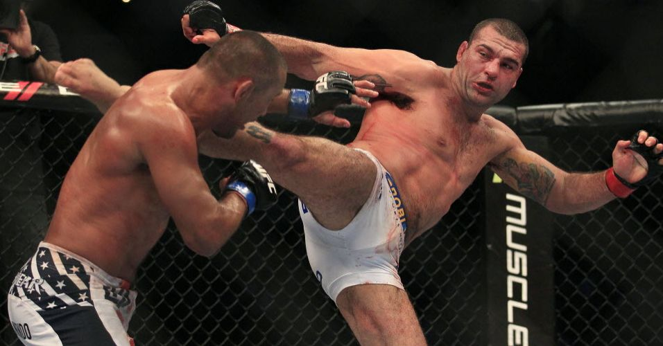 Maurcio Shogun tenta acertar chute em Henderson durante UFC 139