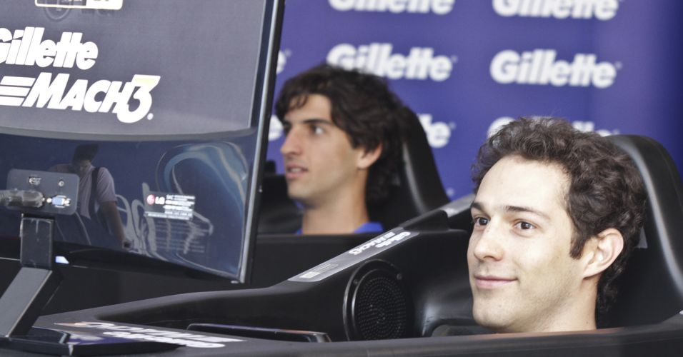 Bruno Senna e Thomaz Bellucci competem no simulador de Fórmula 1 colocado no estande do patrocinador no Ibirapuera