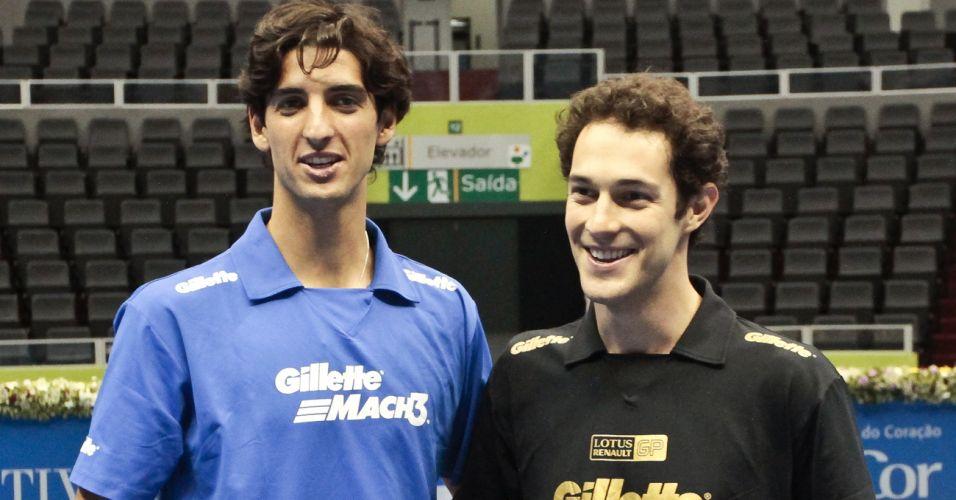 Thomaz Bellucci e Bruno Senna posam para foto na rede após duelo no tênis no Ibirapuera