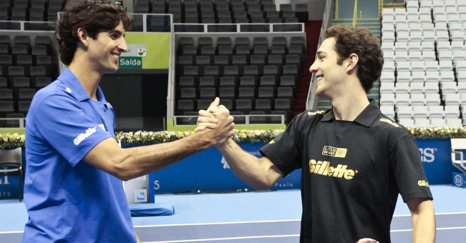 Thomaz Bellucci e Bruno Senna se cumprimentam juntos  rede aps bate-bola na quadra de tnis
