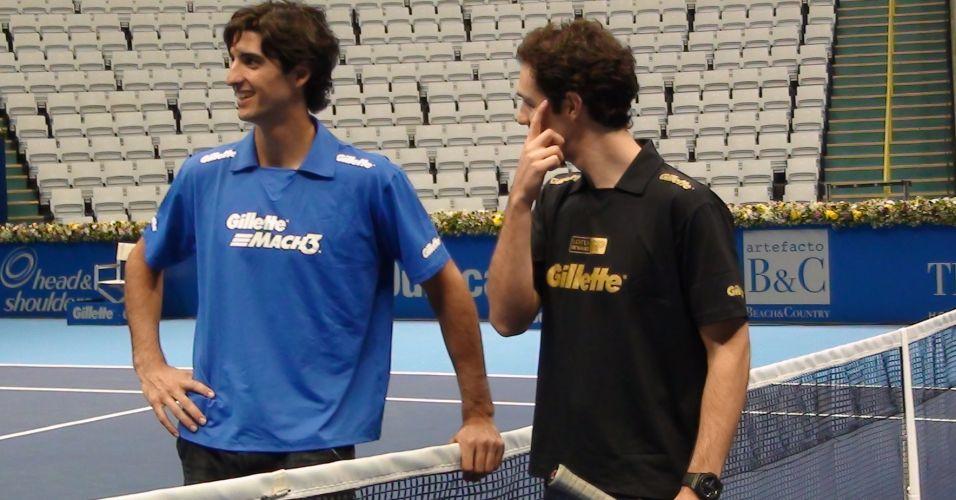 Thomaz Bellucci dá dicas a Bruno Senna após bate-bola na quadra do Challenger Finals em São Paulo