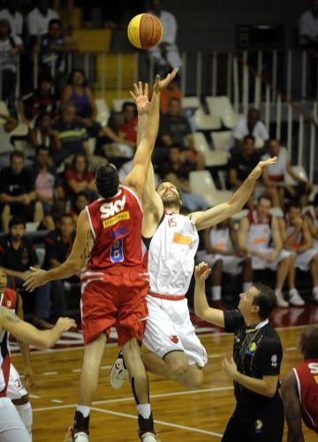 Morro e Kammerichs disputam a bola no início de jogo entre Flamengo e Pinheiros