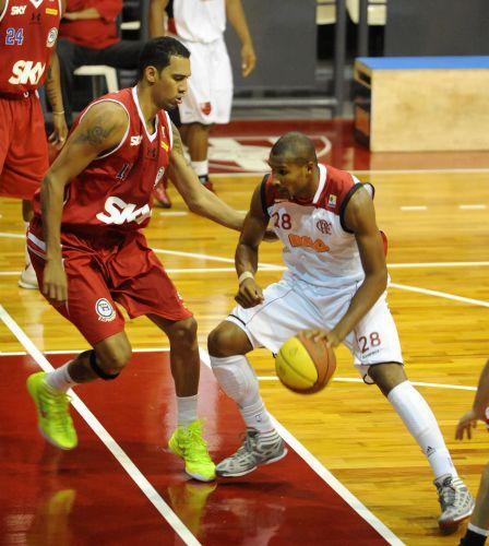 Leandrinho tenta passar pela marcação de Marquinhos na partida entre Flamengo e Pinheiros