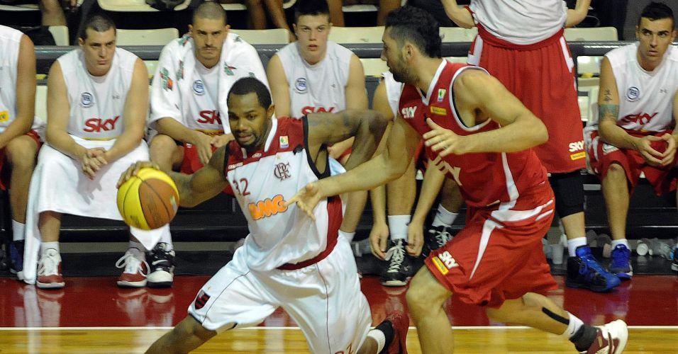 Jackson é marcado por Morro na partida entre Flamengo e Pinheiros