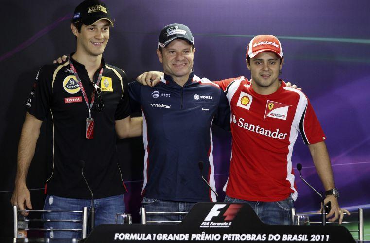 Bruno Senna, Rubens Barrichello e Felipe Massa posam para fotos durante entrevista coletiva no circuito de Interlagos, em São Paulo. Piloto da Ferrari disse que conta com a atmosfera do público para fechar o ano sem carregar o jejum de corridas entre os três primeiros, que já dura mais de um ano