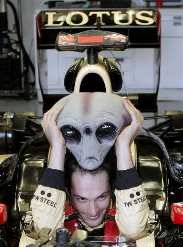 Bruno Senna coloca o capacete assutador em Interlagos