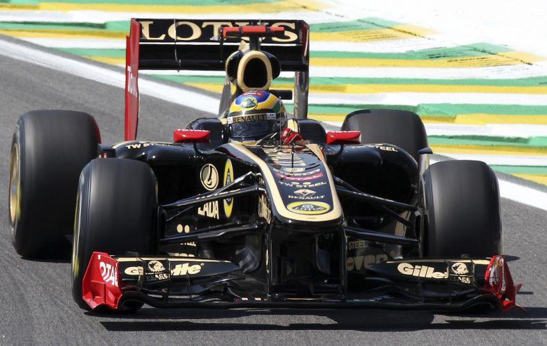 Bruno Senna pilota sua Renault pelo circuito de Interlagos durante treino livre