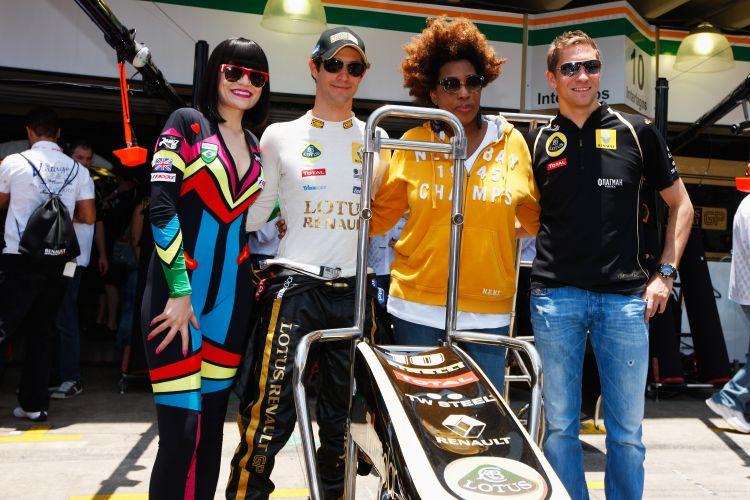 As cantoras Jessie J e Macy Gray marcaram presença nos boxes do circuito de Interlagos. Elas posaram para fotos ao lado de Bruno Senna e Vitaly Petrov, pilotos da Renault