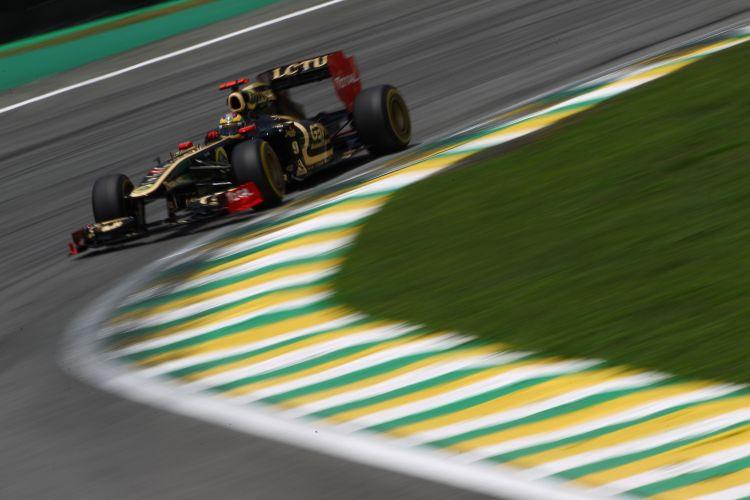 Bruno Senna conduz sua Renault pelo circuito de Interlagos