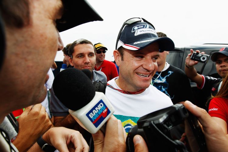 Repórteres cercam Rubens Barrichello na chegada do piloto da Williams ao circuito de Interlagos