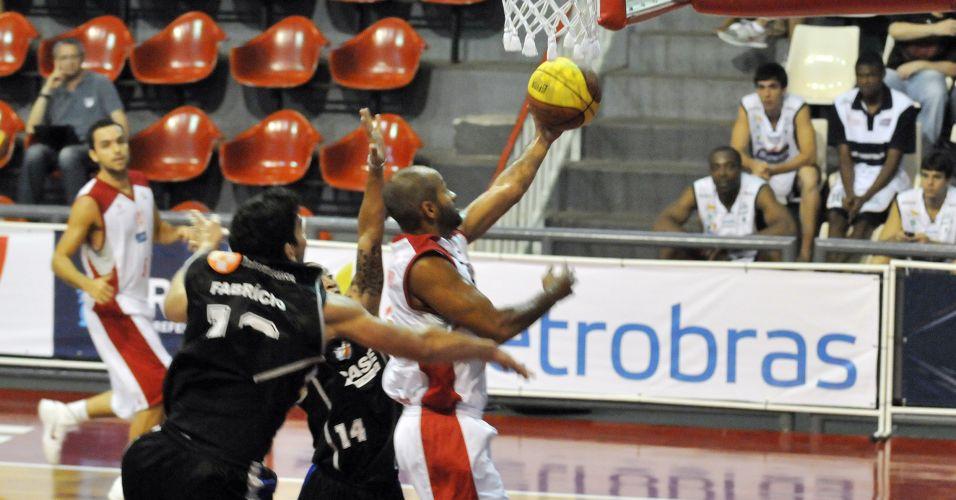 Arnaldinho converte dois pontos para o Tijuca em partida contra a Liga Sorocabana; time carioca bateu o rival paulista por 85 a 78