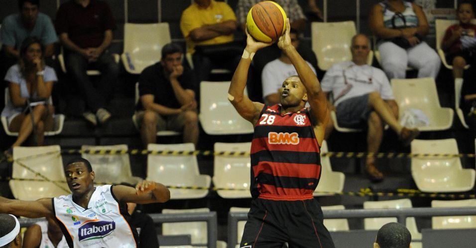 Leandrinho arrisca arremesso para o Flamengo em partida contra o Bauru