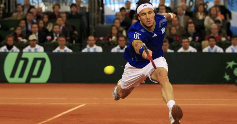 Argentino Juan Monaco se esforça para tentar devolver bola de Rafael Nadal em Sevilha
