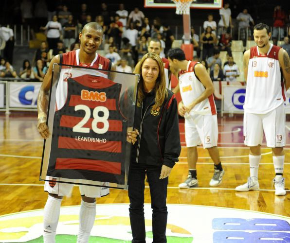 Leandrinho é homenageado pelo Flamengo em sua despedida do time carioca antes de voltar para a NBA