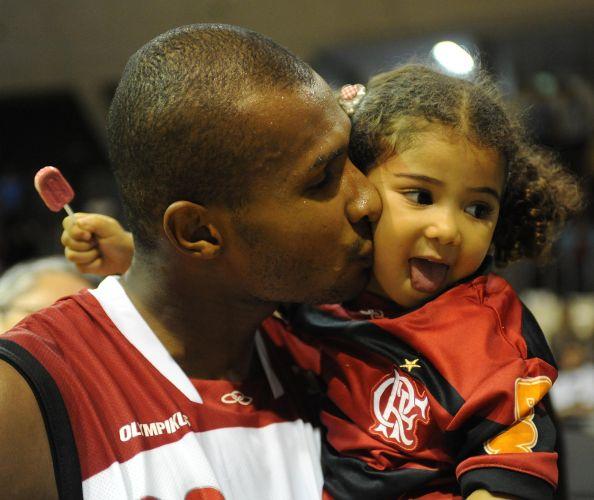 Leandrinho brinca com a filha Alícia antes da partida contra a Liga Sorocabana