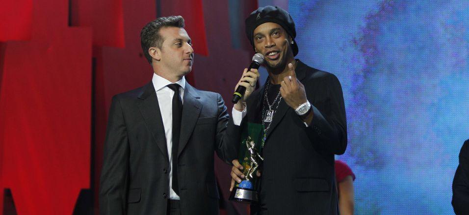 Os jogadores premiados subiam ao palco, recebiam o troféu, e logo saíam. Ronaldinho Gaúcho quebrou o protocolo: pediu o microfone e falou: