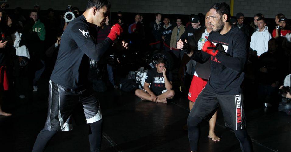 Irmãos gêmeos Minotauro (e) e Minotouro treinam juntos em evento pré-UFC 140; será a estreia da dupla em uma noitada do Ultimate