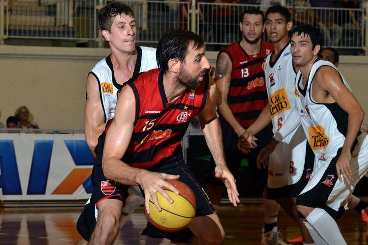 Kammerichs tenta passar pela marcação no duelo entre Joinville e Flamengo