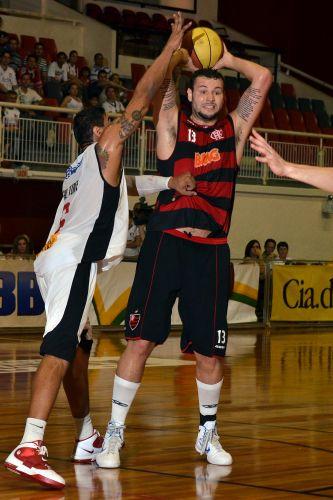 Caio Torres tenta passar pela marcação na partida entre Joinville e Flamengo