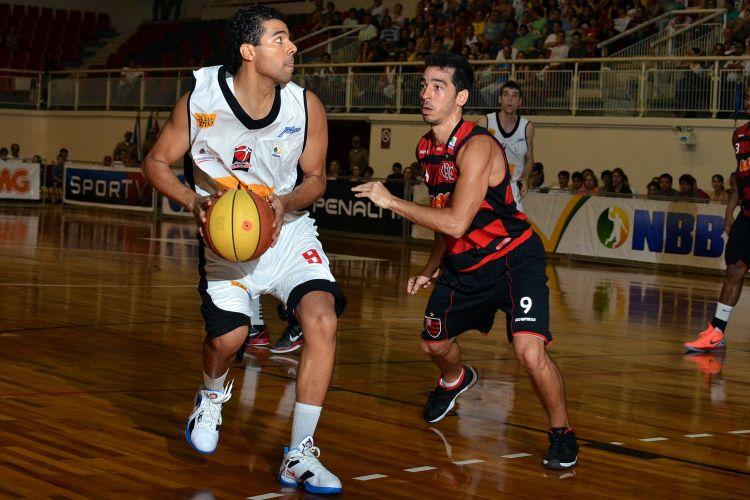 Luiz Felipe passa pela marcação de Fred na partida entre Joinville e Flamengo