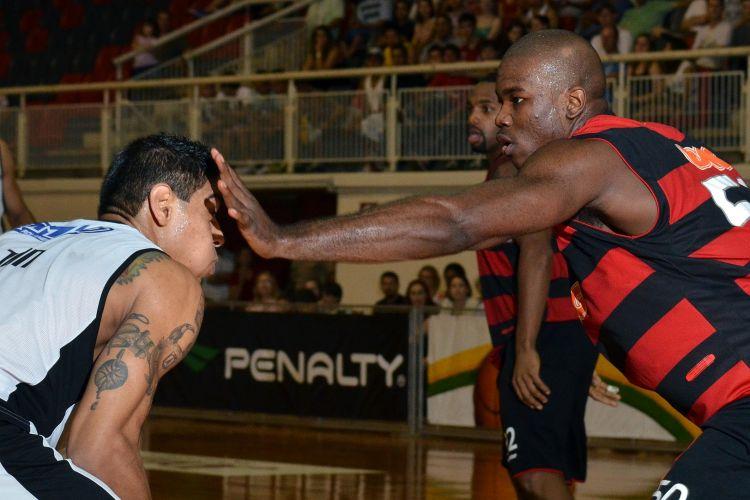 Shilton encara a marcação na partida entre Joinville e Flamengo