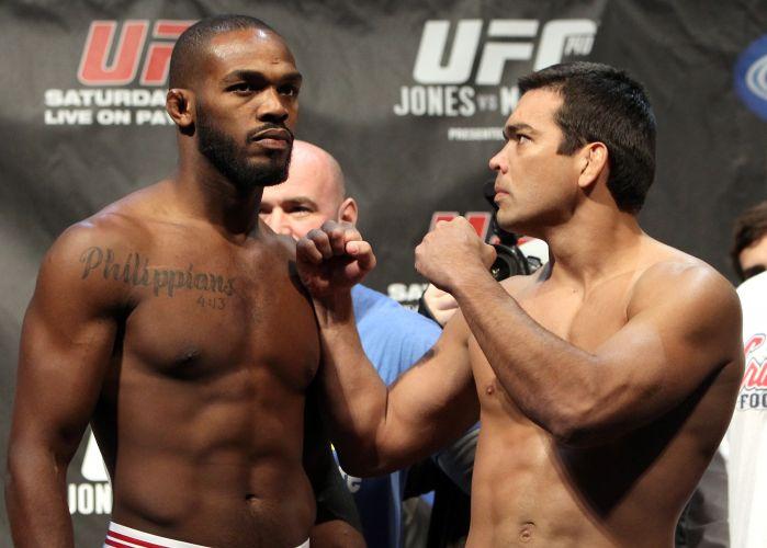 Após encarada, Jon Jones deixa de mirar Lyoto durante a pesagem do UFC 140