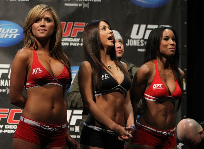 Ring girls acompanham a pesagem, com a volta da musa Brittney Palmer (e) ao UFC