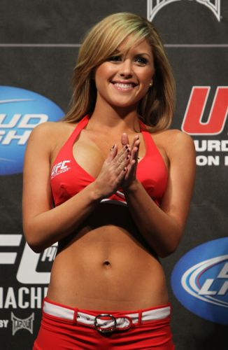 Aps deixar o UFC para estudar arte, ring girl Brittney Palmer volta s plaquinhas para a edio 140, no Canad