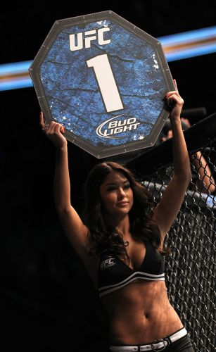 Arianny Celeste, ring girl mais famosa do UFC, desfila com a plaquinha entre os rounds em Toronto, no UFC 140