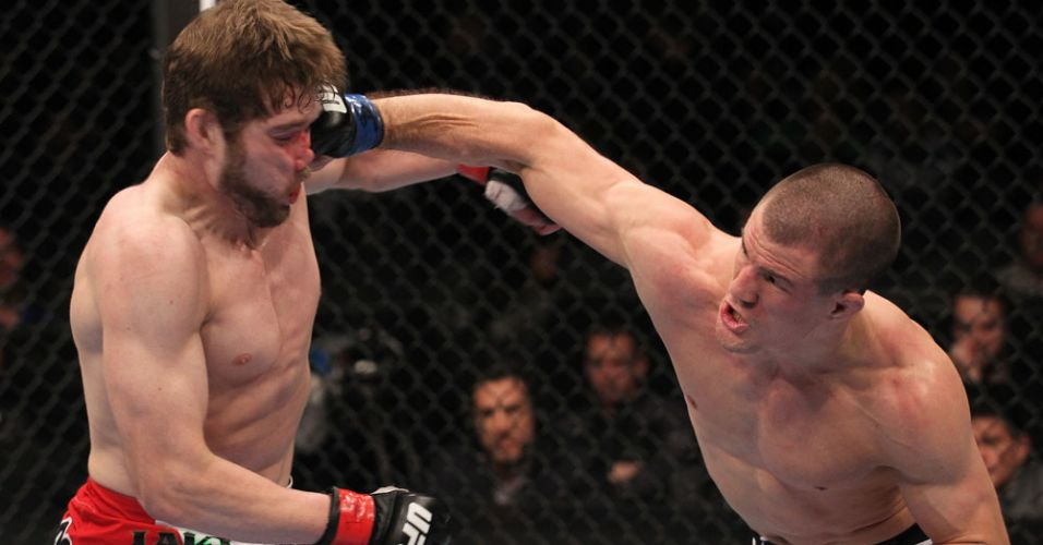 John Cholish acerta soco em Mitch Clarke, durante sua vitria no UFC 140, logo na sua estreia no evento