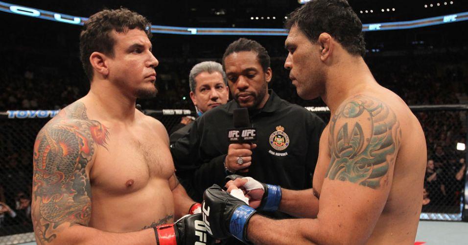 Mir e Minotauro se cumprimentam antes da revanche para o brasileiro, no UFC 140; norte-americano venceu por finalização