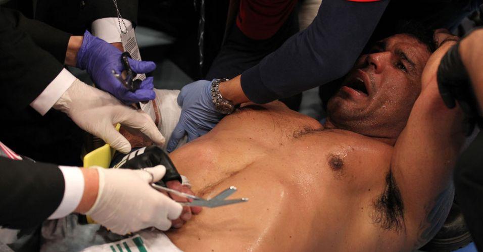 Médicos tratam de Minotauro, após o brasileiro ser finalizado por Frank Mir, tendo seu braço quebrado