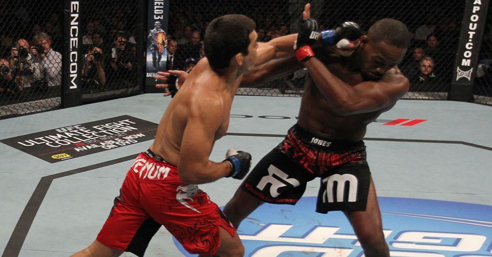 Lyoto ataca Jon Jones durante a derrota para o campeão, em Toronto, pelo UFC 140