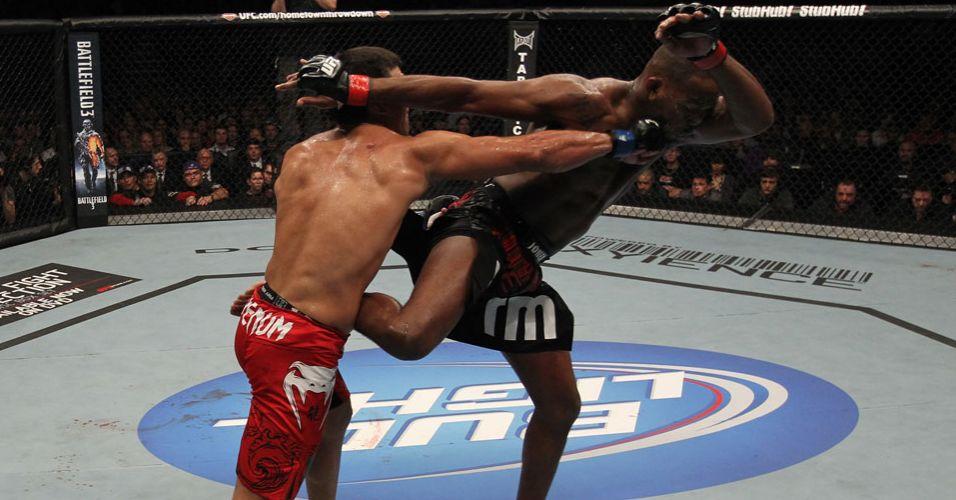 Lyoto ataca Jon Jones e desequilibra o rival durante a derrota para o campeão, em Toronto, pelo UFC 140