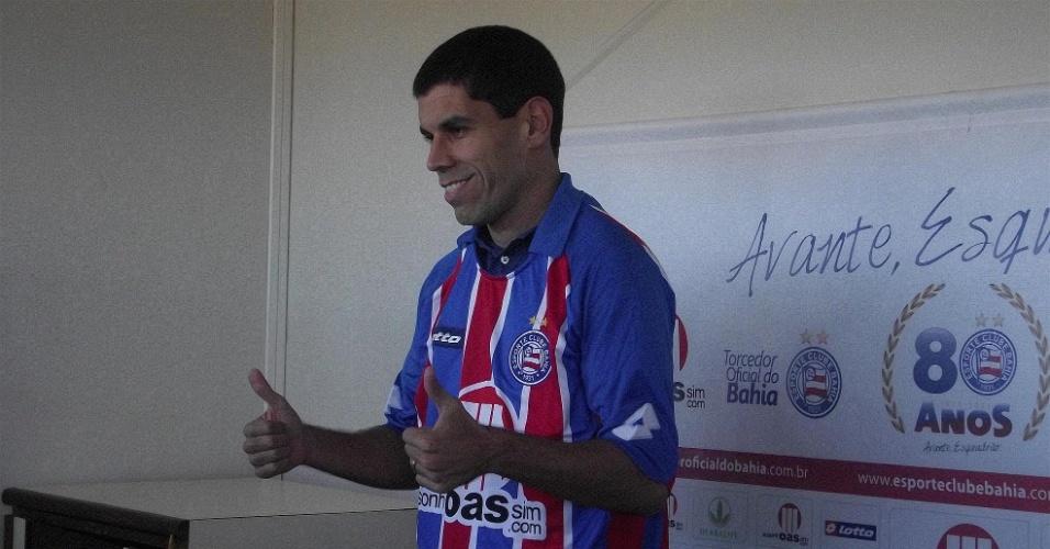 Ricardinho foi apresentado ao lado de Carlos Alberto diante do estádio lotado. O veterano conseguiu evitar as polêmicas, mas não se destacou em campo durante a campanha mediana do Bahia no Brasileirão.