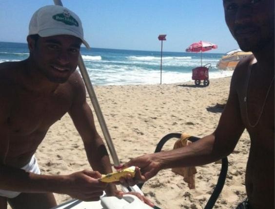 O jovem Lucas, do São Paulo, aproveitou o descanso na praia e tuitou uma foto comprando sorvete