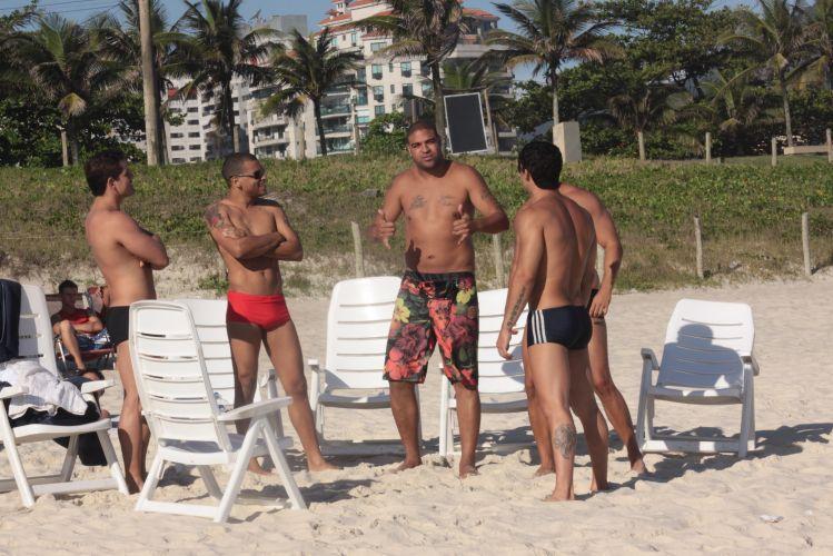 Adriano esbanjou simpatia em passeio pela praia, no Rio de Janeiro. Atacante do Corinthians tirou foto com os fãs e acenou para papparazzi
