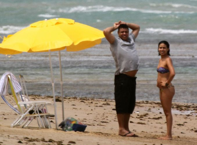 Ronaldo e a mulher Bia Anthony curtem o dia em Trancoso
