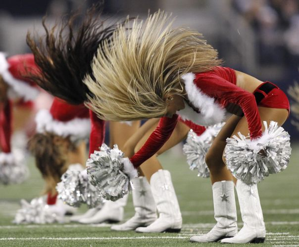 Cheerleaders do Dallas Cowboys jogam o cabelo e esbanjam charme durante o jogo de futebol americano contra o Philadelphia Eagles.