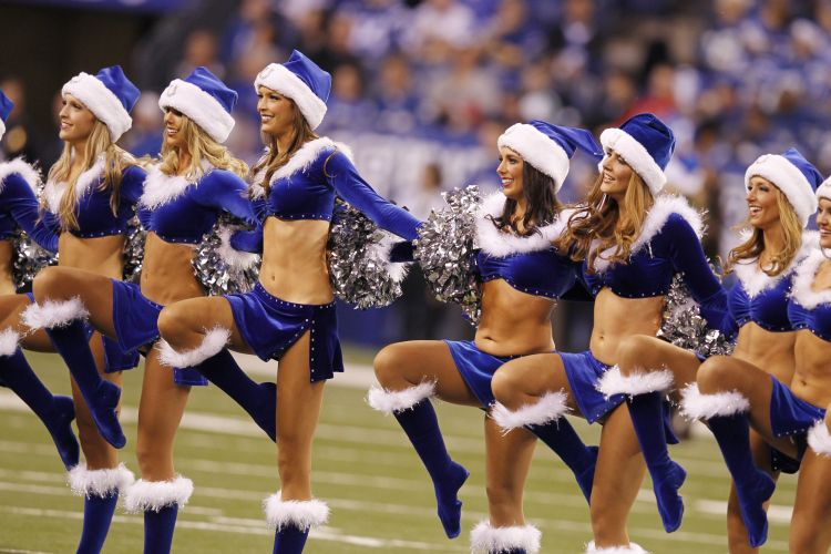 As cheerleaders do Indianapolis Colts ganharam uma verso azul do uniforme sexy de Mame Noel, e mesmo no frio no fizeram feio.