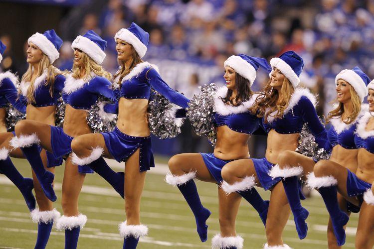 As cheerleaders do Indianapolis Colts ganharam uma versão azul do uniforme sexy de Mamãe Noel, e mesmo no frio não fizeram feio.