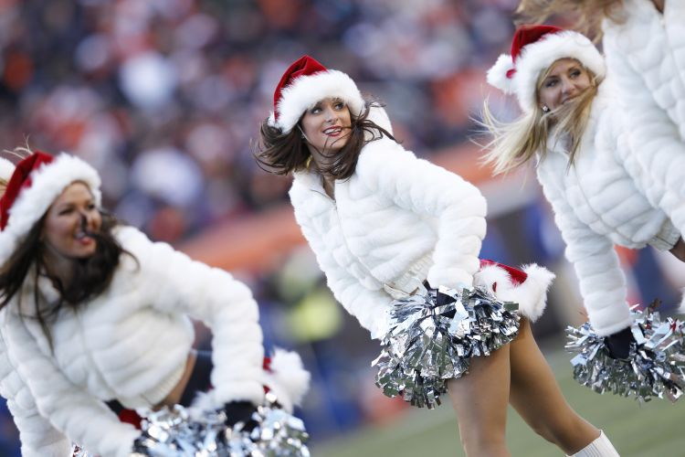 Frio faz as Mames Noel do Cincinnati Bengals entrarem em campo de sainha e casaco de frio, ainda assim charmosas com os gorrinhos natalinos.