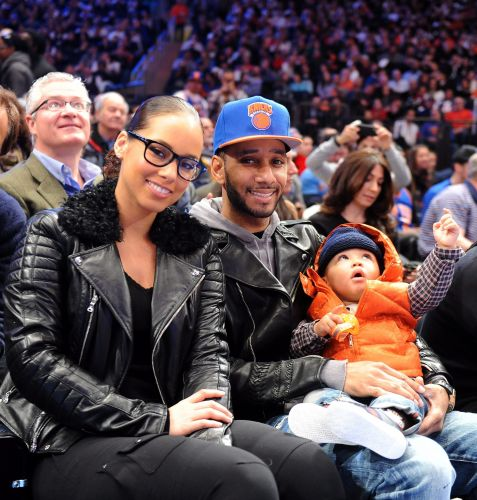A cantora Alicia Keys assiste ao jogo entre New York Knicks e Boston Celtics acompanhada do marido e do filho.