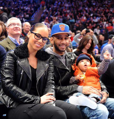 A cantora Alicia Keys assiste ao jogo entre New York Knicks e Boston Celtics acompanhada do marido e do filho.