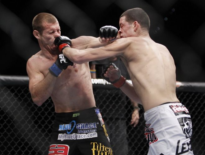 Nate Diaz (d) acerta Donald Cerrone durante sua vitria por pontos no UFC 141