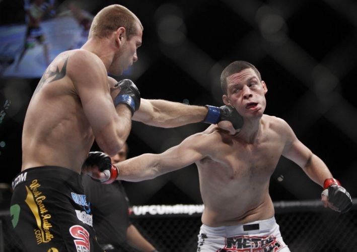 Donald Cerrone acerta pescoo de Nate Diaz durante o duelo entre os pesos leves no UFC 141; Diaz venceu por pontos