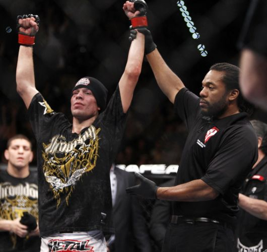 Nate Diaz comemora a vitria na principal preliminar do UFC 141, em Las Vegas