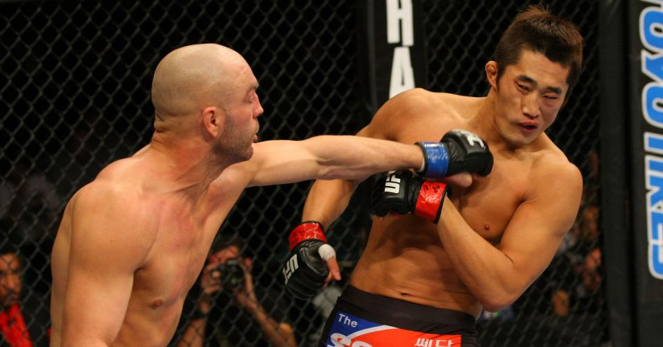 Sul-coreano Dong Hyun Kim  atingido por Sean Pierson, mas vence no UFC 141