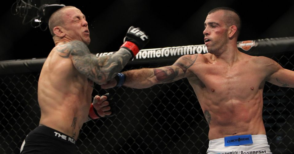 Jnior Assuno  certeiro em soco contra Ross Pearson, durante derrota do brasileiro no UFC 141